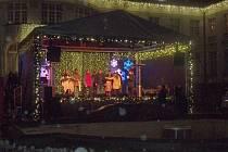 Místem pro letošní Vánoční trhy v Karlových Varech se opět staly Smetanovy sady u Alžbětiných lázní. Trhy tady potrvají až do 6. ledna.