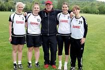 Na fotce jsou zleva Andrea Vavřinová, Veronika Vacková, Lenka Plachá a Lucie Rezková, uprostřed kazí umělecký dojem manažer ligových družstev SK Liapor Witte František Veselý.