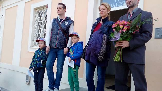 Bečov nad Teplou přivítal miliontého návštěvníka. Je jím Marek z Karlových Varů, který dorazil s partnerkou Milenou a dětmi Lukášem a Danielem (vlevo). Přivítal je kastelán Tomáš Wizovský (vpravo)