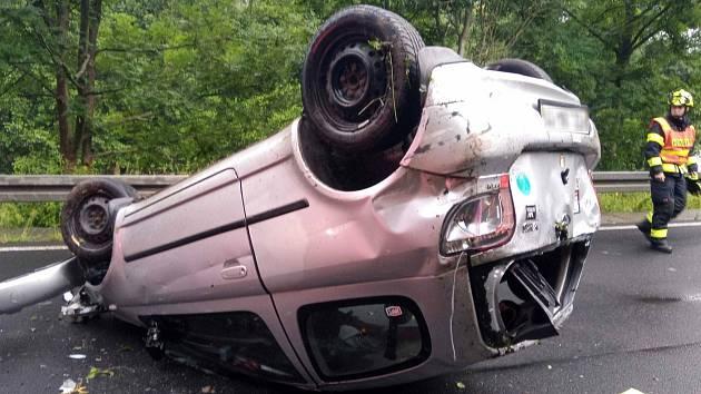 Dvě nehody, dvě auta na střeše.