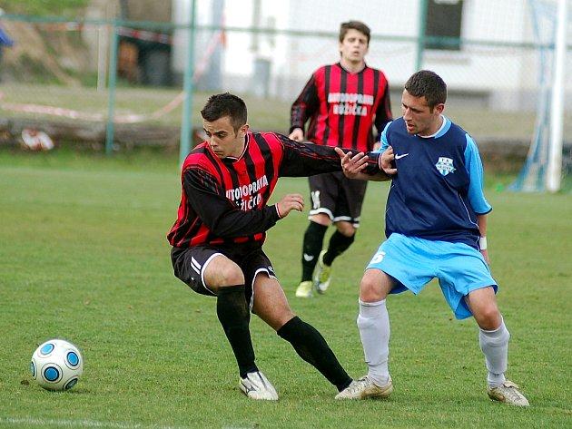 V rámci krajské I. A třídy si připsali na své konto hodně cenné vítězství fotbalisté Nejdku (v modrém), když pokořili rezervu Staré Role (v červeném) 4:0.