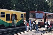 Moderní motorové soupravy Regionova (žlutá souprava) předvedly České dráhy veřejnosti při oslavách 110 let trati z Karlových Varů do Potůčků na nádraží v Nejdku.
