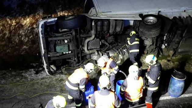 Nehoda kamionu. Řidiče museli hasiči vyprostit.