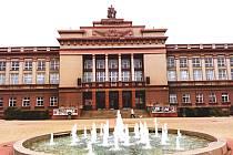 Dům kultury na Mírovém náměstí v Ostrově, na jehož vrcholu jsou sochy Jaroslava Šlezingera.