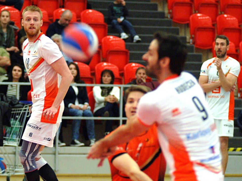 Volejbalisté Karlovarska (v bílém) o víkendu dvakrát podlehli Dukle Liberec a v sérii na tři vítězná utkání o bronzové medaile prohrávají 0:2.