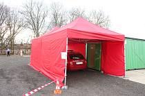 V karlovarské nemocnici byl ve čtvrtek odpoledne instalován odběrový stan, který má sloužit výhradně indikovaným pacientům s koronavirem.