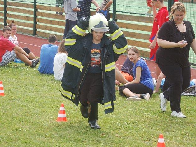 Požární sporty pro děti a mládež si užívali holky i kluci. Mezi týmy panovala skvělá atmosféra a zdravý soutěžní duch.