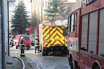 Hasiči likvidují požár bývalé Sokolovny v Kolmé ulici.