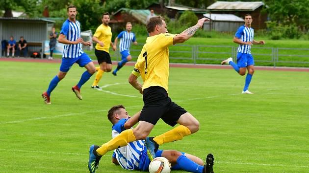 Souboj divizních zástupců, ve kterém se proti sobě postavily Mariánské Lázně (ve žlutém) a Ostrov, opanovala Viktoria, která slavila v domácím prostředí výhru 2:0.