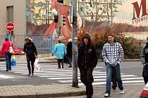 Semaforem řízený přechod u Solivárny v centru Karlových Varů je místem, kde chodci často porušují pravidla silničního provozu.