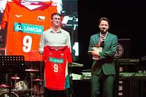 Dražba volejbalových dresů v podání VK ČEZ Karlovarsko se nadmíru vyvedla, vynesla totiž 192.800 korun. Foto: VK ČEZ Karlovarsko