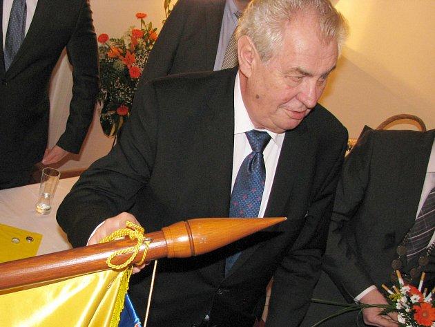 Prezident České republiky Miloš Zeman při loňské návštěvě Karlovarského kraje slíbil, že se vrátí. A slib dodržel.