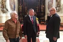HEJTMAN NA CESTÁCH. V poutním kostele v Chlumu Sv. Maří se setkali starosta obce Miroslav Hrůza (vlevo), hejtman Martin Havel a probošt.