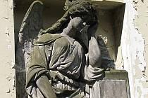 Město Karlovy Vary nabízí opuštěné hrobky zájemcům.