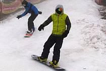 V krušnohorských skiareálech byly vcelku dobré podmínky pro lyžování. O víkendu se ale musí jejich návštěvníci připravit na krátkodobou oblevu.