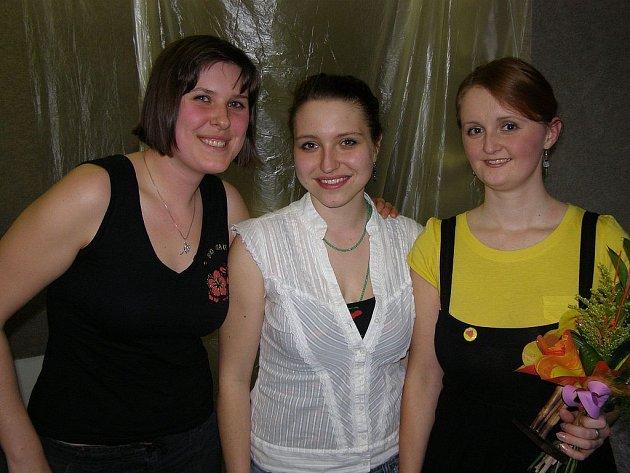 BILANCE I PŘÍSLIB. V galerii Duhová paleta v Rybářích představují své nejsoučasnější práce Barbora Oblazná, Denisa Dimitrovová a Adéla Leinweberová (na snímku zleva doprava).