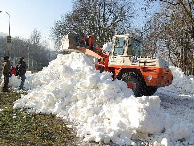 PŘÍPRAVA SNĚHU. V areálu společnosti Mattoni skladují organizátoři závodu Carlsbad Ski Sprint 2007 sníh na sprinterské závody, které vypuknou 26. prosince.
