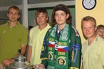 Martina navštívili v nemocnici hokejisté HC Energie Lukáš Mensator, Václav Skuhravý a Petr Kumstát.