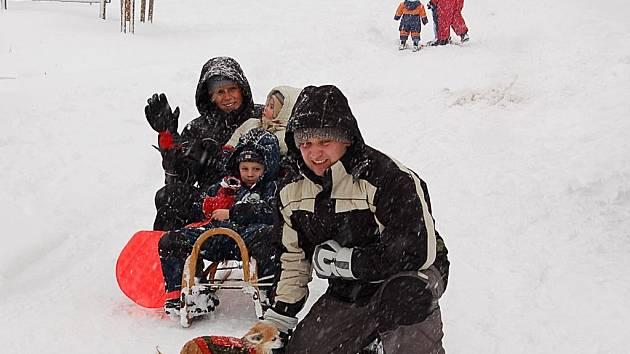 Sondovali terén. Rodina z Ostrova si první sníh užila jen krátce a na sáňkách. Na lyžovačku ostatně není většina areálů zatím připravena.