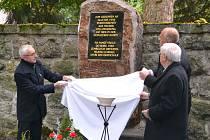 STAROSTA MĚSTA Nejdku Lubomír Vítek (vlevo), primátor Augsburgu Kurt Gribl (v zákrytu) a Herbert Götz při odhalení pamětního kamene na nejdeckém hřbitově.