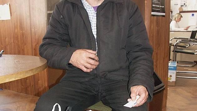 Karel Mráz přišel do redakce Sokolovského deníku s igelitovou taškou, ve které nosí všechny své nejdůležitější věci.