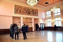 Památkáři doporučili z nástěnné malby odstranit pavučiny před opravou chlebem