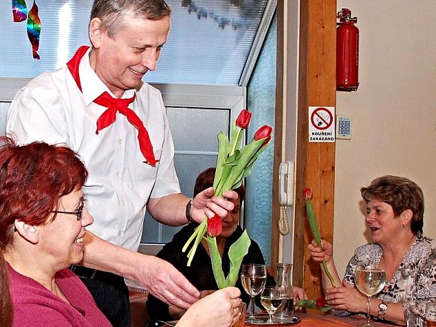 TRADIČNÍ karafiáty, spojované spíše s dobou minulou, postupně nahrazují jiné květiny. Například loni se na oslavách v chebské hospůdce Domeček nadělovaly tulipány.