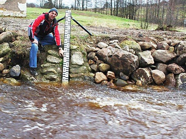 KLIMATOLOG Rudolf Kovařík při včerejší kontrole hladiny řeky Rotavy. Její hladina během uplynulých dní, stejně jako další vodní toky v regionu, znatelně stoupla. Nyní se již vrací k normálu.