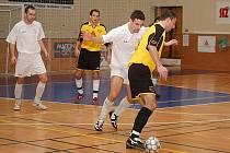 DRAK MILAN ČIŽNÁR (u míče) mohl po skončení turnaje slavit se svým mužstvem zisk vítězného poháru.