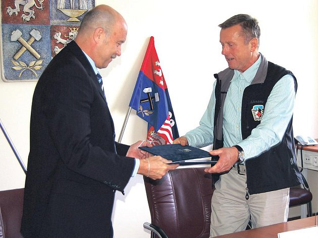 Josef Novotný (vlevo) a Rudolf Chlad podepsali smlouvu o spolupráci mezi Karlovarským krajem a neziskovými organizacemi v regionu.