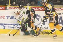 Milan Kraft (v bílém) bojuje s přesilou hráčů Litvínova.