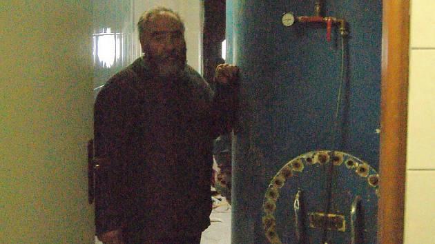 Sládek Bohuslav Novák ukazuje, kde velichovský Forman zraje