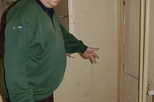 Jednatel VESA Milan Koula ukazuje na škody v suteréně, za které mohou prameny.
