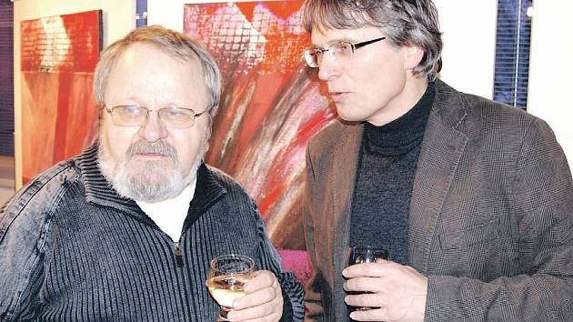 Co by tomu řekl Jiří? Vernisáže výstavy obrazů Jana Samce (vpravo) v chodovské galerii se zúčastnil i zdejší výtvarník Jiří Jun (vlevo). Právě jeho jméno je součástí názvu chodovské výstavy.