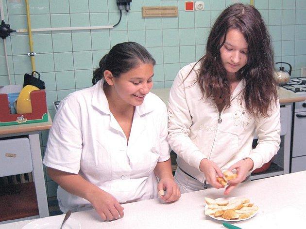 Žáci při praxi. Občerstvení pro návštěvníky školy při dni otevřených dvěří připravovali sami studenti.