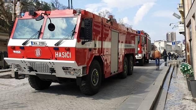 Čtyři jednotky hasičů vyjížděly k hlášenému požáru budovy v ulici Vřídelní v Karlových Varech.