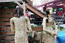 Sochy z betlému na karlovarských vánočních trzích se naštěstí podařilo zachránit.