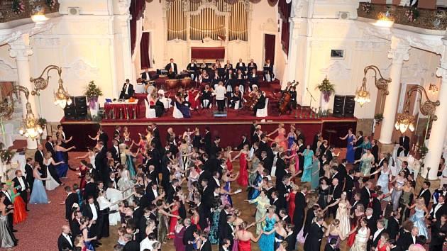 Účastníci Jarního bálu v Grandhotelu Pupp tančí čtverylku z Netopýra.