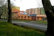 Místo v Drahovicích, kde by měl stát nový dům.