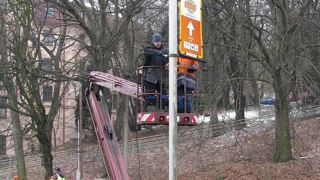 V Karlových Varech mizejí bilboardy od některých silnic.
