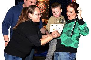 ŠIPKAŘI POMÁHALI, POTŘETÍ.  Nejen šipkaři z Nejdku o víkendu pomáhali. Na třetím ročníku charitativního šipkařského turnaje se představilo bezmála čtyřicet závodníků, kteří notně přispěli k celkové částce 11.000 Kč, která byla na pomoc Vašíkovi vybrána. N