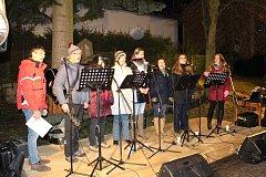 Zpívání koled pod vánočním stromem v Citicích.