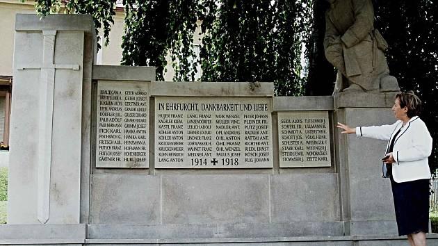 OBNOVENÝ PAMÁTNÍK obětem první světové války pocházejícím z Bečova nad Teplou a okolních osad. Monument nechalo město opravit i s finanční podporou Karlovarského kraje.