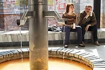 TERMÁLNÍ VODA slouží v Karlových Varech prioritně pro léčebné účely. Do určité míry ji ovšem lze využít rovněž jako zdroj energie pro vytápění objektů. Jako je tomu i ve Vřídelní kolonádě.
