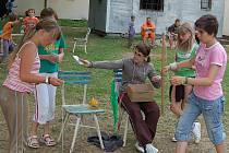Děti, které tráví léto na táboře v Pšově u Žlutic, si na nudu rozhodně stěžovat nemohou.