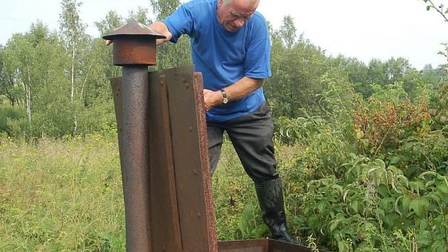 Obce, které spadají pod Stanovice, roky řešily problémy s vodou. V Hlinkách se o místní vodojem až do loňska staral Ján Kokolus (na snímku). Studna byla ale nedostatečně zabezpečena. Po opravě proto přejde pod vodohospodářské sdružení.