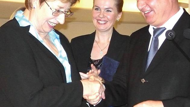 Cena od primátora. Badenbadenský primátor Wolfgang Gerstner medailí poděkoval Jitce Hradílkové za práci na poli partnerství Baden Badenu a Karlových Varů.