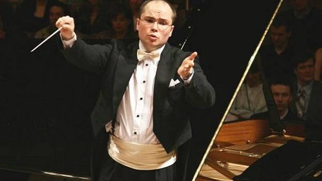 SYMFONIKY POVEDE ONDŘEJ VRABEC. Vynikající hornista České filharmonie Ondřej Vrabec společně se symfoniky převdede dílo třech zajímavých skladatelů.