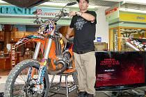 Alastair Sayer z Botswany představil motorku na freestyle motocross.