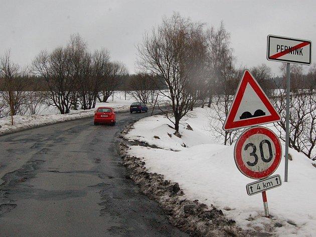 Je libo zničit podvozek? Tento stav silnic v Krušných horách je podle motoristů skutečně katastrofální. Víc než třicet se prý stejně jet nedá, i kdyby zde značka nebyla.